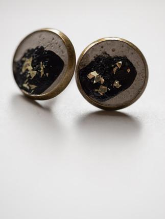 Ohrring, Beton, schwarz, gold- farbene Metallpigment Material der Fassung: Messing   28€  Artikelnummer: 1011 Bestellung per Kontaktformular