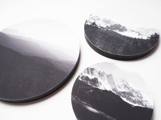 Holzbild rund, MDF schwarz durchfärbt, Lochbohrung als Aufhängung auf der Rückseite. Erhältlich in vier verschiedenen Größen: 15cm - 29€ 20cm - 36€ 25cm - 42€ 30cm - 49€  Artikelnr: HR 3001 & HR 3002 & 3006  2x25+30cm