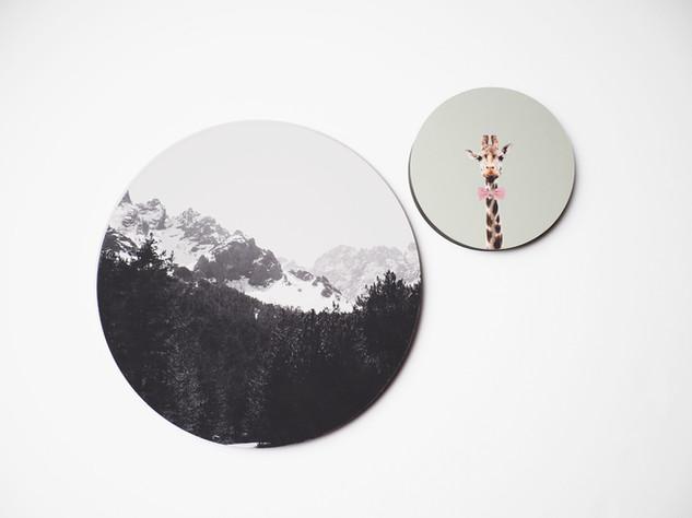 Holzbild rund, MDF schwarz durchfärbt, Lochbohrung als Aufhängung auf der Rückseite. Erhältlich in vier verschiedenen Größen: 15cm - 29€ 20cm - 36€ 25cm - 42€ 30cm - 49€  Artikelnr: HR 3002