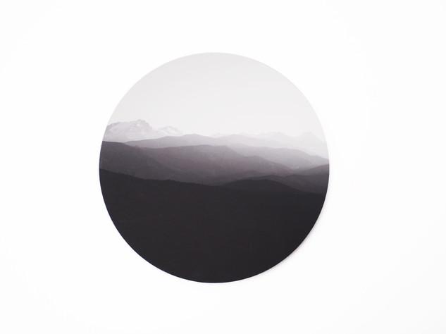 Holzbild rund, MDF schwarz durchfärbt, Lochbohrung als Aufhängung auf der Rückseite. Erhältlich in vier verschiedenen Größen: 15cm - 29€ 20cm - 36€ 25cm - 42€ 30cm - 49€  Artikelnr: HR 3001 Bestellung per Kontaktformular