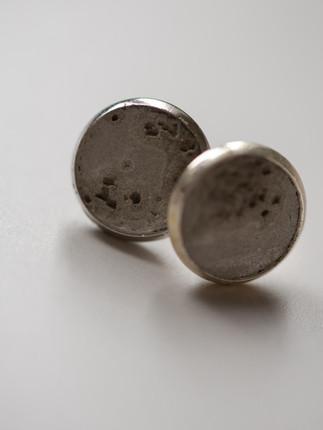 Ohrring, Beton pur  Fassung: Messing Farbe der Fassung: Silber  28€  Artikelnummer: 1015 Bestellung per Kontaktformular
