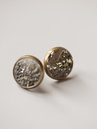Ohrring, Beton, Goldpigmente  Material der Fassung: Messing 28€  Artikelnummer: 1006 Bestellung per Kontaktformular