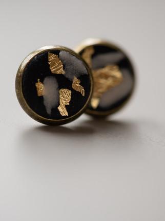 Ohrring, Beton, schwarz, weiß, goldene Metallpigmente, Material der Fassung: Messing 28€  Artikelnummer: 1014 Bestellung per Kontaktformular