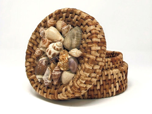 Rattan basket with shells on lid