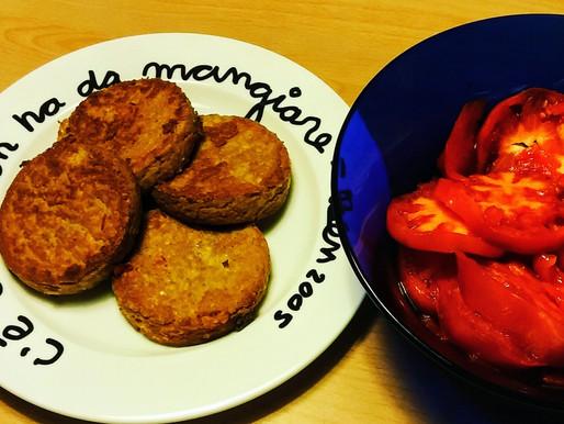 Galettes de tofu et tomates coeur de boeuf