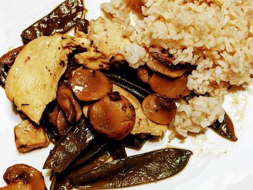 Poulet, pois gourmands, champignons et riz basmati