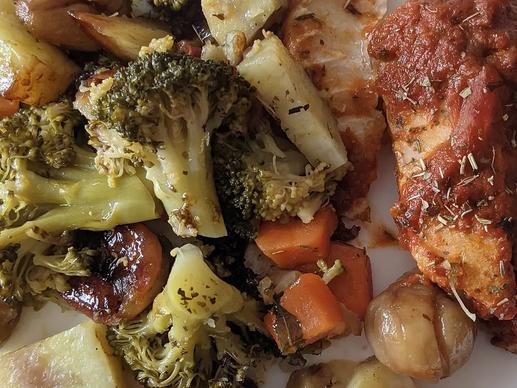 Cabillaud sauce tomate et wok de brocolis, carottes, patates douces et marrons
