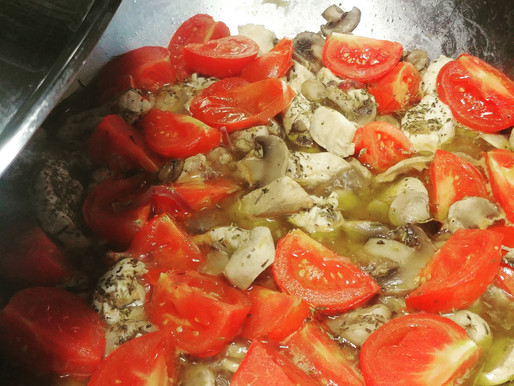 Wok de poulet, champignons et tomates