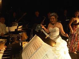 Mariée sur scène avec l'orchestre Dance Knghts