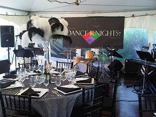 Orchestre Dance Knights sous une petite tente