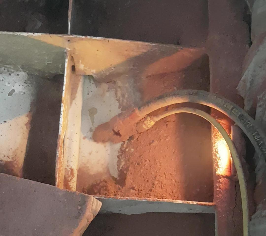 06/20: Sandstrahlen im Bootsinneren.