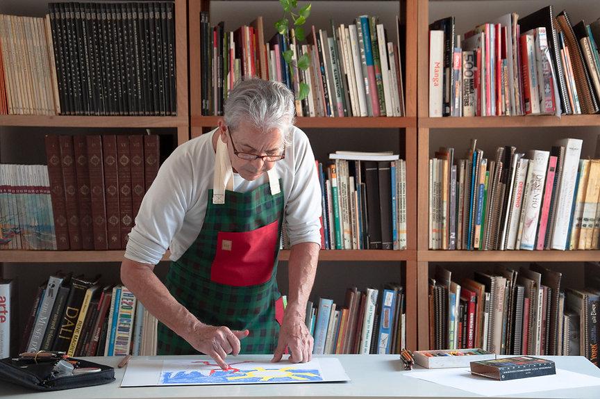 Professor Oscar Pedroso Miranda pintando utilizando pastel seco na biblioteca da Desenhe