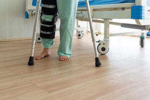 woman who wearing knee brace practices w