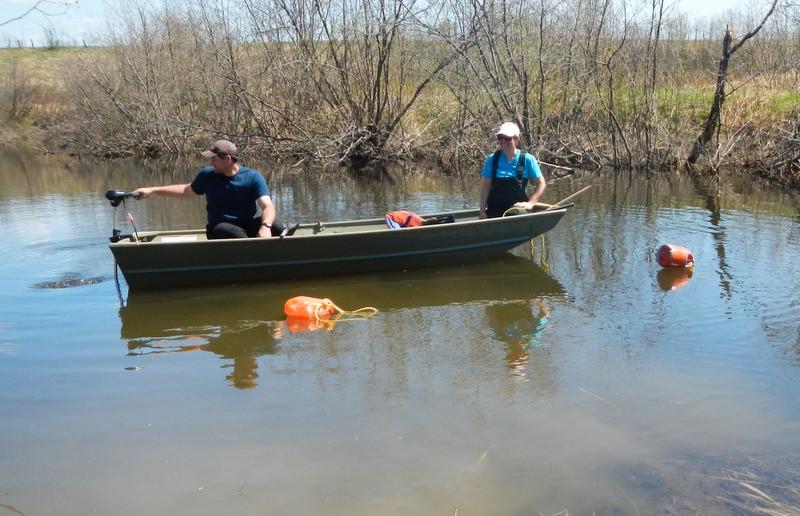 Prise de mesures dans la rivière Matambin