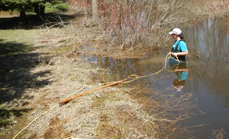 Prise de mesures dans la rivière Mastigouche
