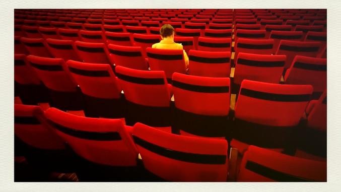 // Geht er da einst doch tatsächlich alleine in die Oper.