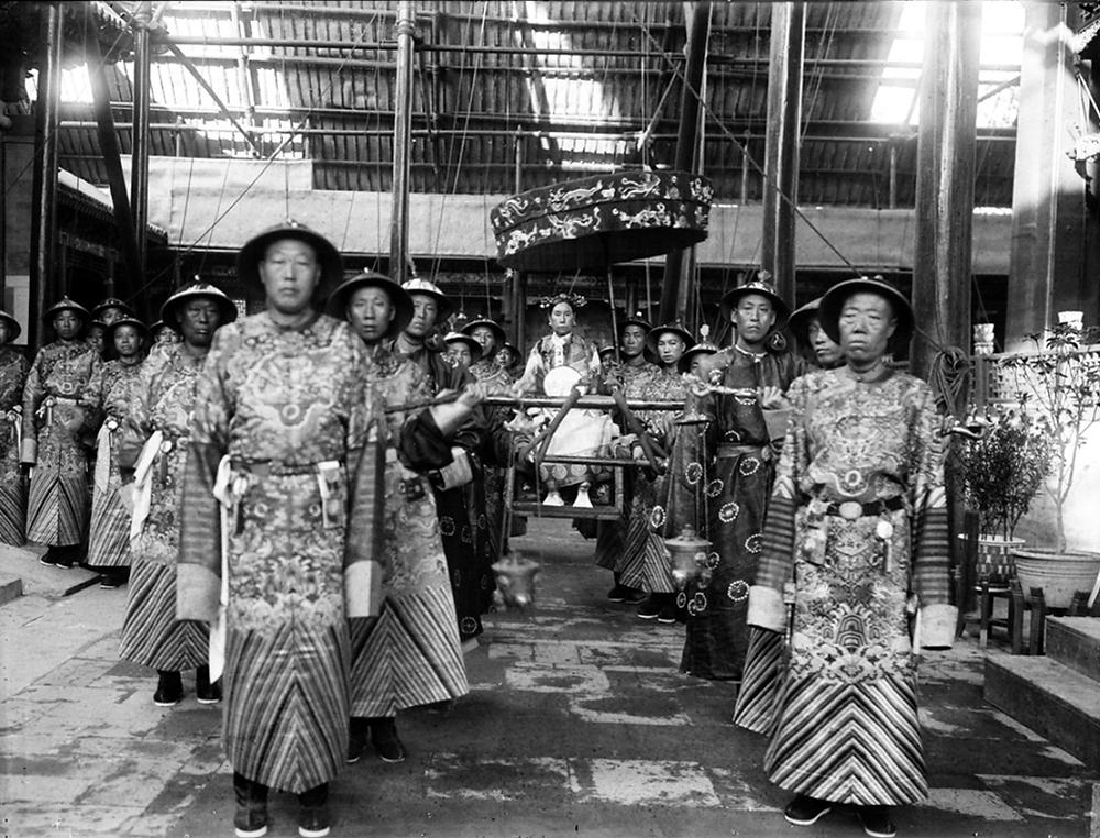 Fig.1 La Emperatriz es transportada por eunucos. Dinastia Qing, 1905.