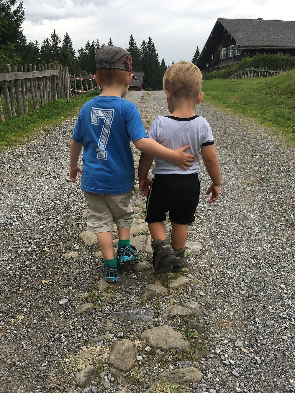 Kinder nehmen sich in den Arm