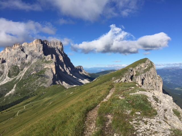 Weg am Grat in den Dolomiten