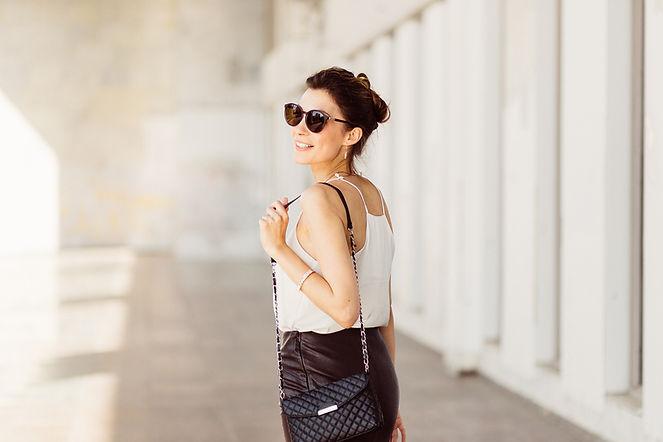 Mulher com óculos de sol e bolsa