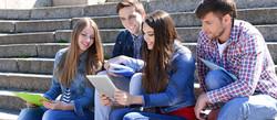 adolescentes-estudiando-sonriendo