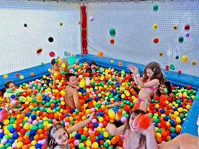piscina con palline.jpg
