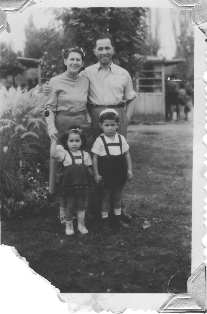 The whole family, Tokaj, 1952