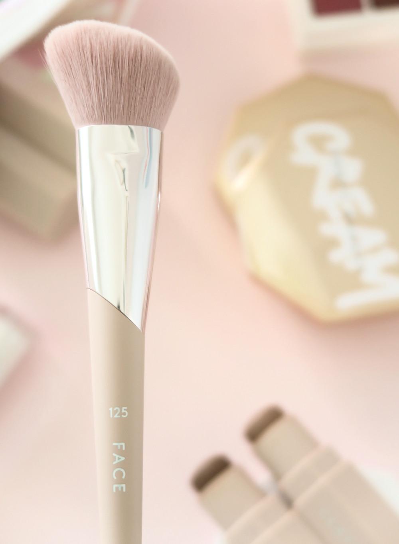 fenty beauty face shaping brush 125