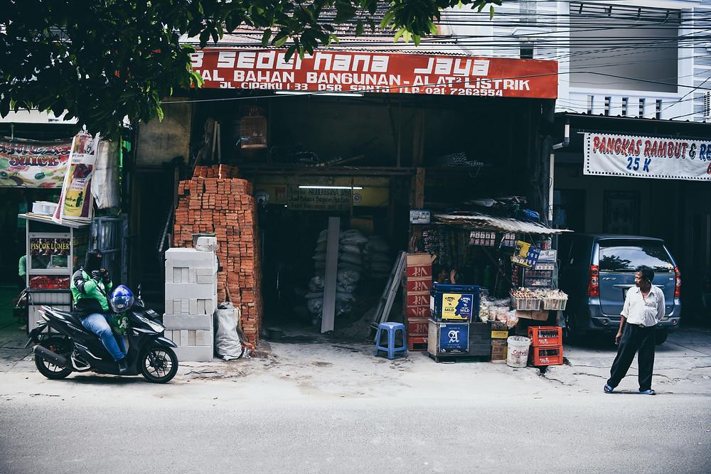 Toko retail di Indonesia tampak sepi pengunjung