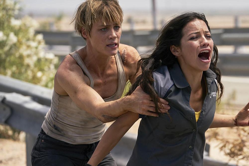 Grace (Mackenzie Davis) e Dani Ramos (Natalia Reyes) se esforçam, mas não convencem o público em tela (Imagem: Fox / Divulgação)