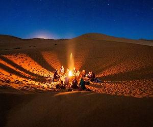 Feu de camp sous les étoiles du désert.j