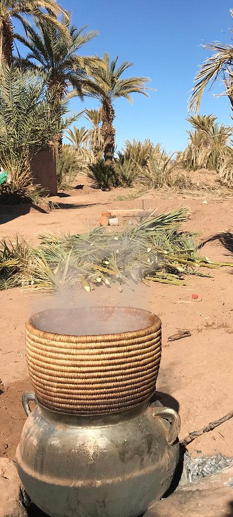 Cuisson couscous kasbah Tagounite Maroc.