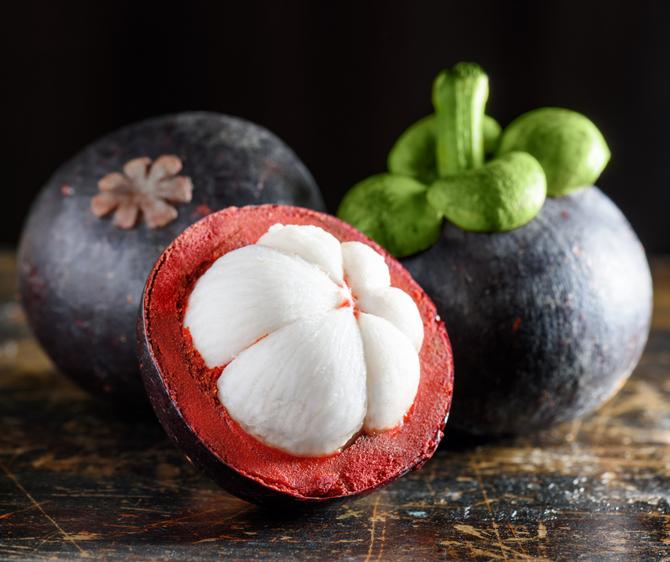 E' la prima volta che vedi questo simpatico frutto? Anche noi non lo conoscevamo, è la Mangostina!