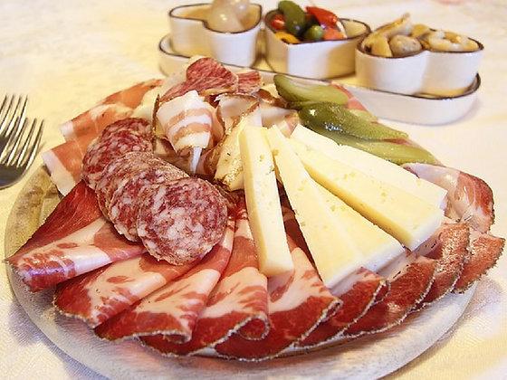 Selection de charcuterie et fromages avec confecture