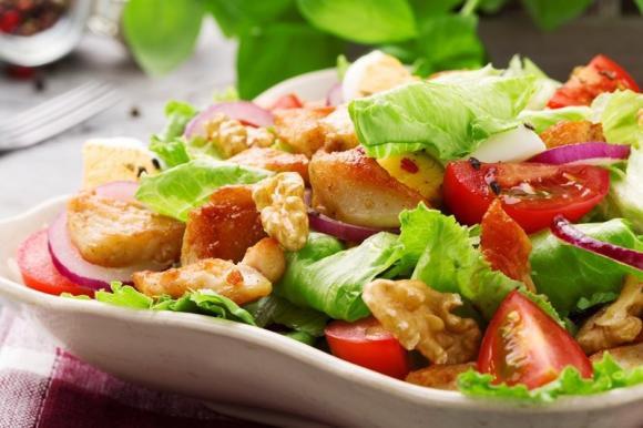 Salade au poulet grillé et légumes