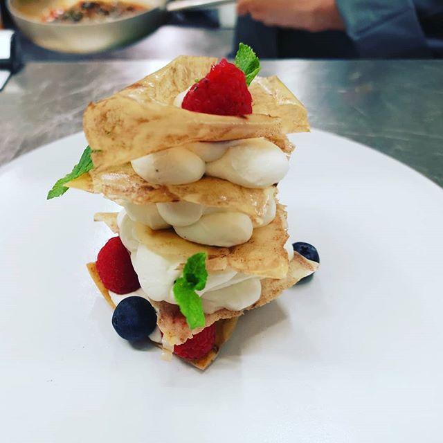 Millefoglie di pasta filo e frutti di bo