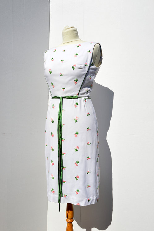 Vit klänning med rosenknoppsbroderier