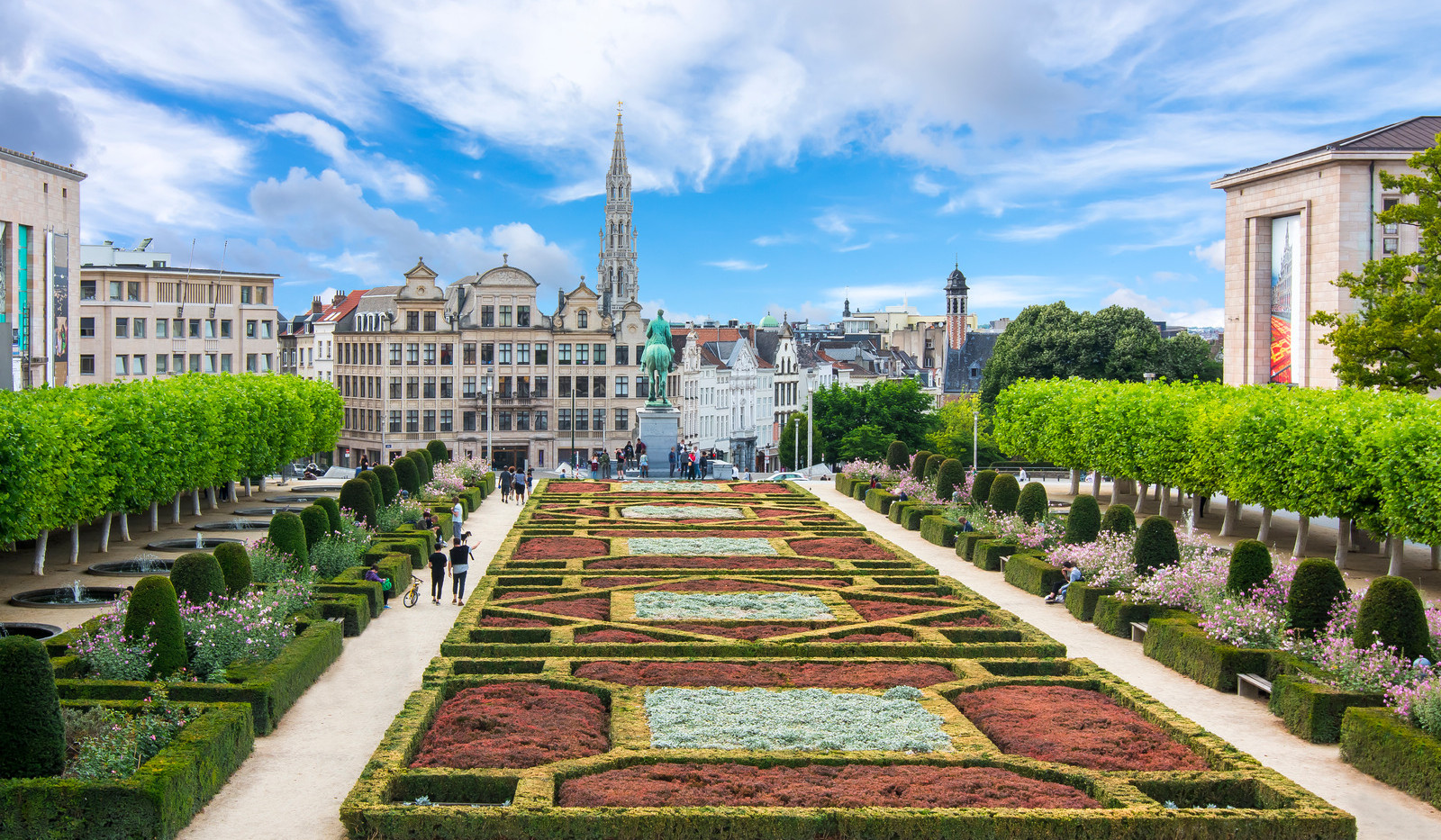 Canva - Brussels skyline and City hall t