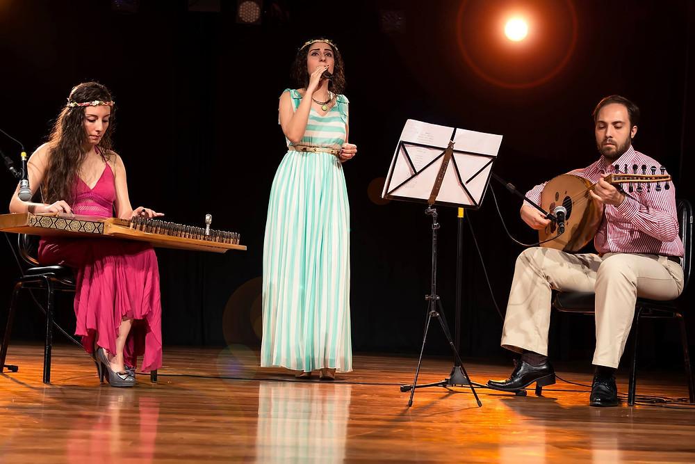 Foto divulgação apresentação no SESI de São José dos Pinhais - Alma Síria _ Myria Tokmaji, Lucia Loxca e Abd Tokmaji