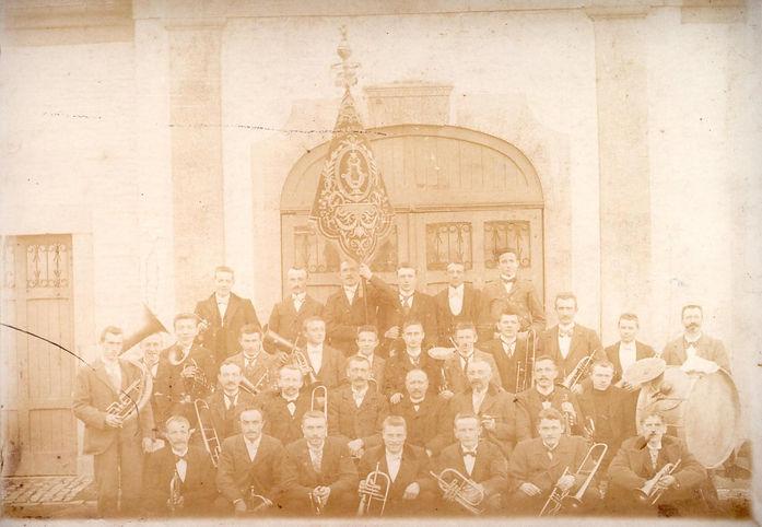 Première photo de la Fanfare de Braives,prise dans la cour du Château de Braives en 1902