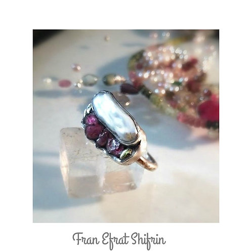 Sculptured silver ring with tourmaline stones and a natural wild pearl