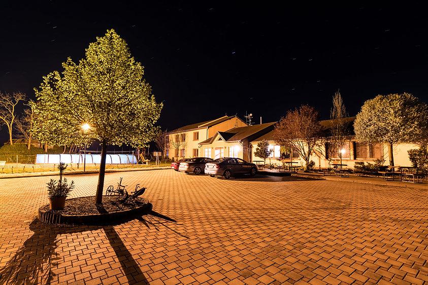 Nádvoří  Penzionu Kovács v noci