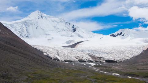 Retreating glaciers below Mt Geladaindong