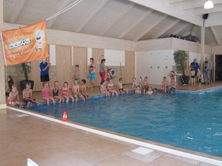 Kinderen zwemmen € 200,– bij elkaar voor stichting 'Ramon scoort.. '