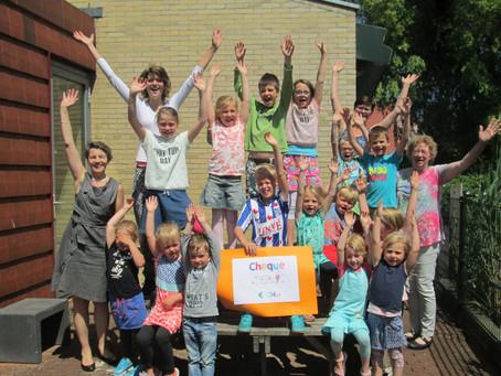 Kinderen van CBS 'De Finne' Ferwoude schenken € 134,- aan stichting 'Ramon'.