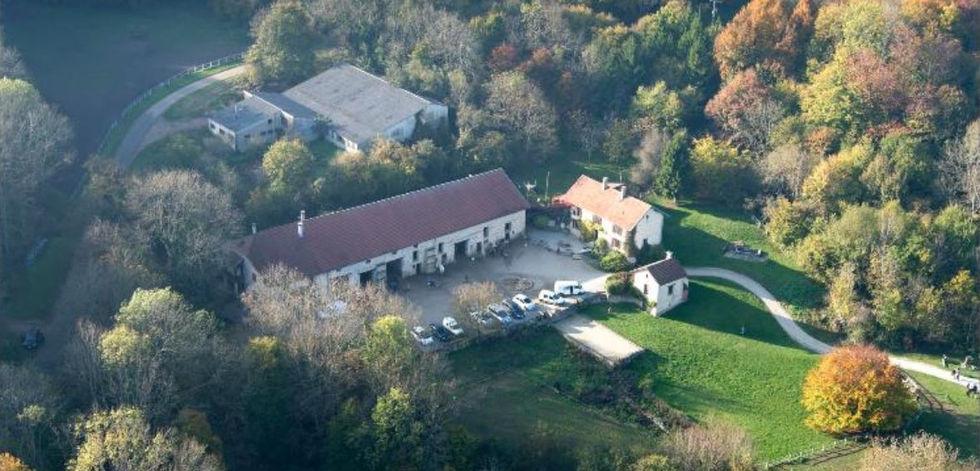 Vue aérienne des bâtiments et d'une petite partie du domaine
