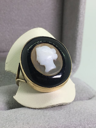 An Antique Hardstone Cameo & Onyx Ring in 9K Gold