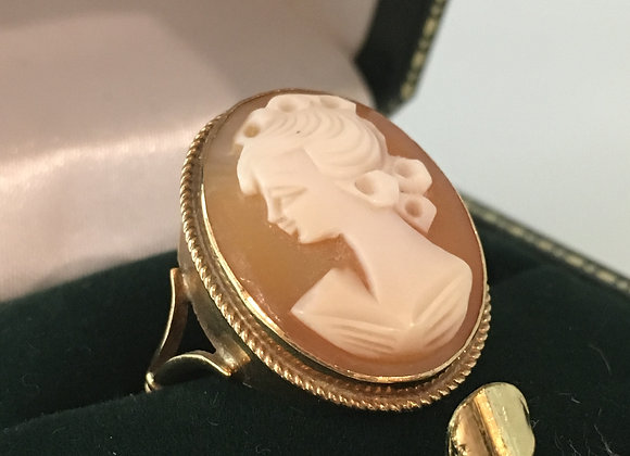 Vintage Shell Cameo Ring in 9K Yellow Gold. Circa 1950's.