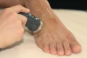 物理療法は超音波など、怪我にあわせて最良のものを選びます。