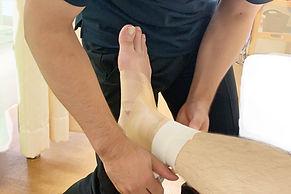 テーピングで関節の固定や、筋肉の補助などを行います。